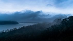 Загиб в Реке Susquehanna, на очень пасмурный, туманный, и унылый день, увиденный от парка Chickies Rock County, Ланкастер стоковое изображение