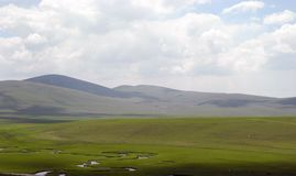 Загиб реки на предпосылке гор Стоковое фото RF