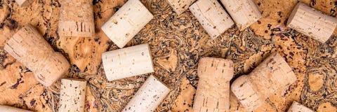Заголовок, вино и шампанское cork распространять на необработанной пробочке Стоковое фото RF