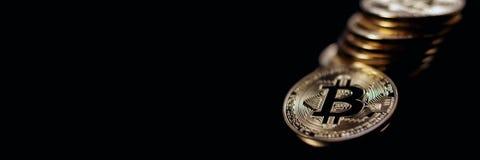 Заголовок знамени Bitcoin белизна вектора золота монетки предпосылки изолированная иллюстрацией Cryptocurrency с космосом для Стоковое Фото
