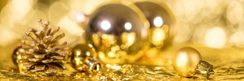 Заголовок рождества, золотые безделушки и конус ели, сверкнать и shi стоковые изображения
