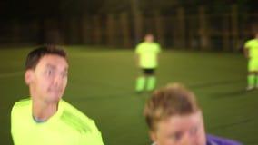 Заголовок футбола передний (съемка на цели) и несоосность Команда играя футбол сток-видео
