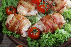 Загонщики цыпленка в беконе представили на листьях салата с свежей Стоковое фото RF