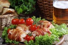 Загонщики цыпленка в беконе представили на листьях салата с свежей Стоковые Изображения RF