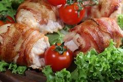 Загонщики цыпленка в беконе представили на листьях салата с свежей Стоковые Изображения