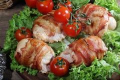Загонщики цыпленка в беконе представили на листьях салата с свежей Стоковые Фото
