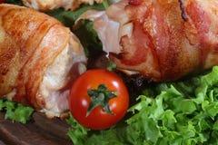 Загонщики цыпленка в беконе представили на листьях салата с свежей Стоковое Изображение RF