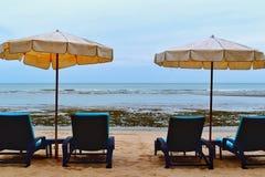 Загорайте на sunbed на пляже Стоковые Изображения RF