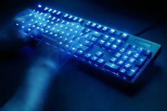 загоранная клавиатура мужские руки печатая на компьютере Стоковое Изображение RF