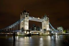 загоранная мостом башня ночи Стоковое Изображение