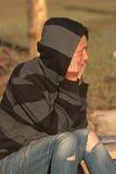 Загоранная девушка в сорванных джинсыах Стоковое Изображение RF