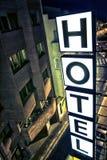Загоранный знак гостиницы на ноче Стоковое Фото