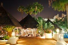 Загоранный напольный ресторан на роскошной гостинице Стоковые Изображения