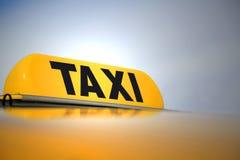 загоранный таксомотор знака Стоковые Фотографии RF