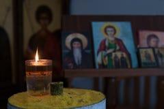 Загораться свечи светлый перед правоверными изображениями Святого стоковые фото