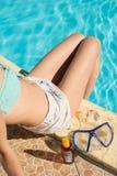 загорать девушка ног на бассейне Стоковые Изображения