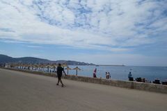 Загорая и идя люди на адриатическом побережье Стоковое фото RF