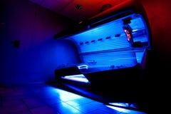 Загорая кровать на студии solarium Стоковое фото RF