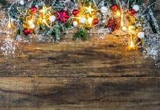 Загоренная гирлянда рождества с красными и золотыми украшениями Стоковое фото RF