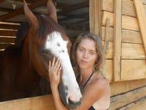 Загоренная девушка и красная лошадь Стоковое фото RF
