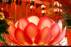 Загоренная лампа цветка лотоса в монастыре Стоковое фото RF