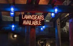Загоренная неоновая вывеска заявляя ` lawnseats ` доступное Стоковые Изображения