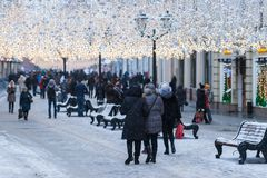 Загоренная улица Москвы Nikolskaya в зиме Стоковые Фотографии RF