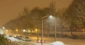 Загоренная улица на ноче предусматриванной в снеге Стоковое фото RF