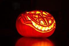 Загоренная художническая тыква хеллоуина на черноте Стоковые Фото