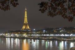 Загоренная Эйфелева башня в Париже стоковая фотография