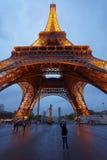 Загоренная Эйфелева башня в Париже в Франции Стоковые Фото