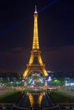 Загоренная Эйфелева башня на полях Марса в Париже Стоковое Изображение