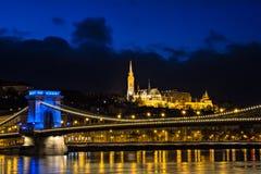 Загоренное здание бастиона Fishermans на ноче в Будапеште Стоковое Изображение RF