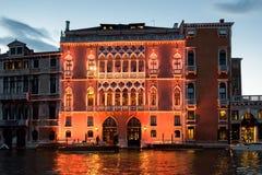 Загоренное здание на грандиозном канале на сумраке, Венеции Стоковые Фото