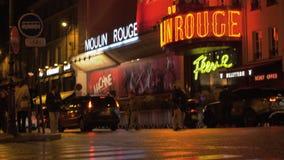 Загоренное румян Moulin в парижской улице на ноче, Франции акции видеоматериалы