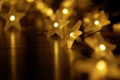 Загоренное цепное звёздных светов в праздничной атмосфере стоковые фотографии rf