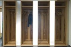 Загоренное garderobe с одной одиночной курткой Стоковое Изображение
