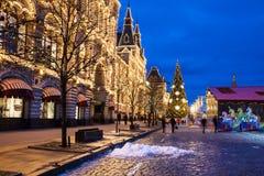 Загоренные КАМЕДЬ и рождественская ярмарка в украшении праздника на красной площади Стоковое Фото