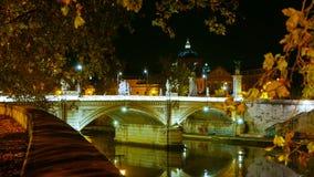 Загоренные мосты над рекой Тибром в Риме - большом взгляде ночи стоковое изображение rf