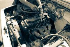 Загоренные мужские руки ремонтируя старый двигатель Стоковое Изображение RF