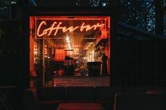 Загоренные окно и неоновая вывеска на кафе-баре в канереечном причале, Лондоне, Великобритании стоковые изображения rf