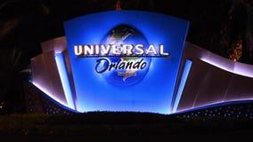 Загоренные студии Universal подписывают и логотип на темной предпосылке ночи сток-видео