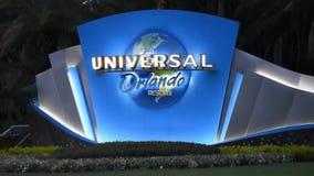 Загоренные студии Universal подписывают и предпосылка логотипа вечером сток-видео