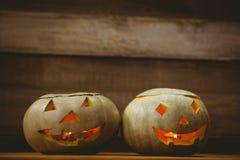 Загоренные фонарики jack o на таблице во время хеллоуина Стоковые Фотографии RF