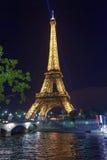 Загоренные Эйфелева башня и Река Сена в Париже в Франции Стоковые Изображения