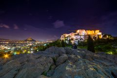 Загоренный акрополь с Парфеноном на ноче, Грецией стоковые фотографии rf