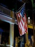 Загоренный американский флаг на крылечке стоковая фотография rf