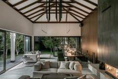Загоренный интерьер с деревянными балками и камином стоковые фотографии rf