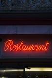 Загоренный красным цветом знак ресторана Стоковое Изображение