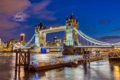 Загоренный мост башни в Лондоне, Великобритании стоковое изображение rf